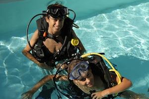 plongeur en encadrent d'autres